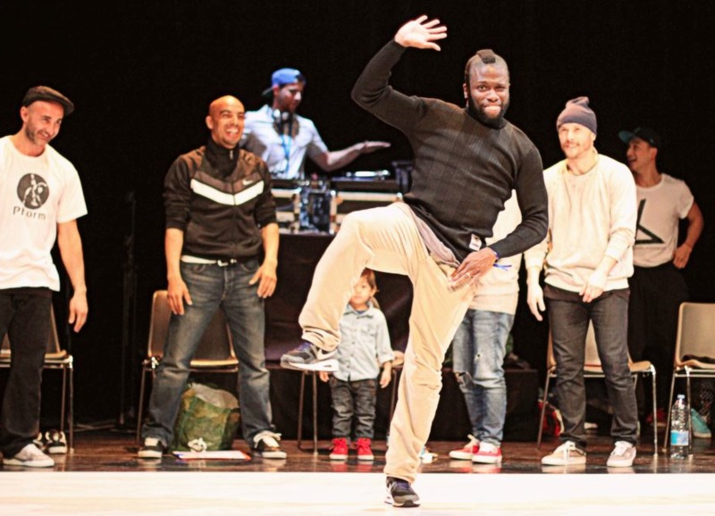 Bouba Mix up Battle avec Hamid Ben Mahi en arrire plan -